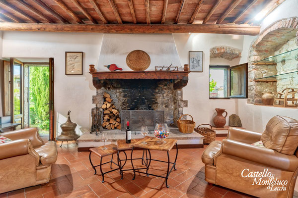Primo piano: salotto con focolare • First floor: living room with fireplace