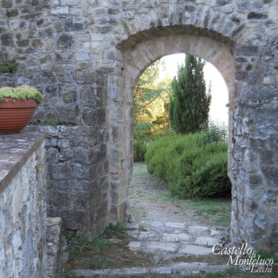 L'arco di accesso alla corte interna • The entrance to the inner courtyard