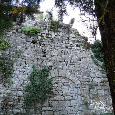 L'antico portale di accesso al castello • The ancient original door of the castle