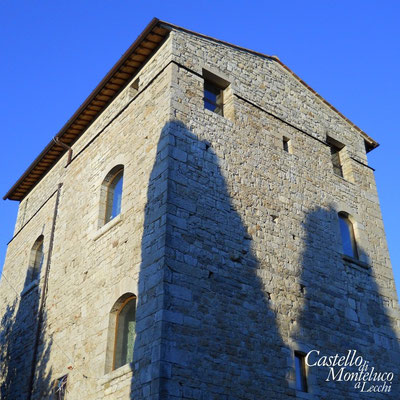 La torre di difesa esterna al castello • The external tower of defence