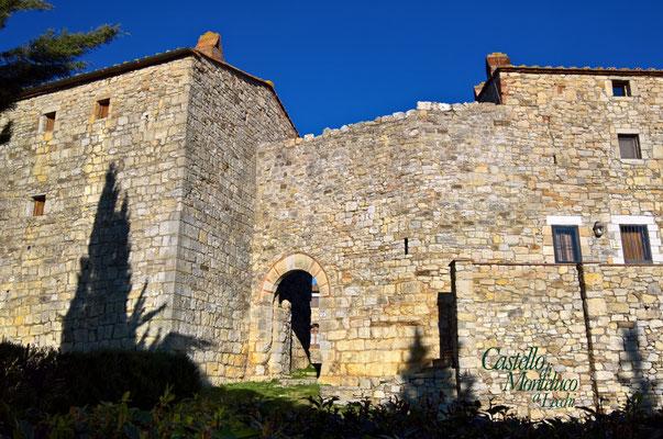 L'arco di accesso alla corte interna • The entrance to the inner courtyard