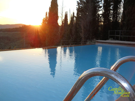 La piscina sulle colline del Chianti • The pool in front of the Chianti hills