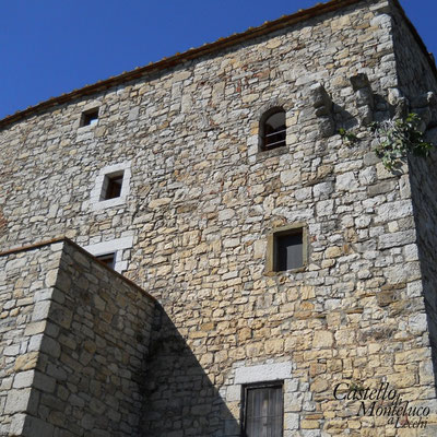 L'angolo del castello • The corner of the castle