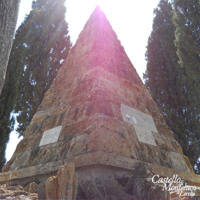 La stele in pietra nel luogo della battaglia di Montaperti • The stone statue in the place where was fought  the battle of Montaperti
