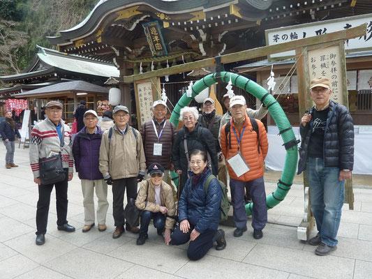 弁財天を祀る江島神社の前で