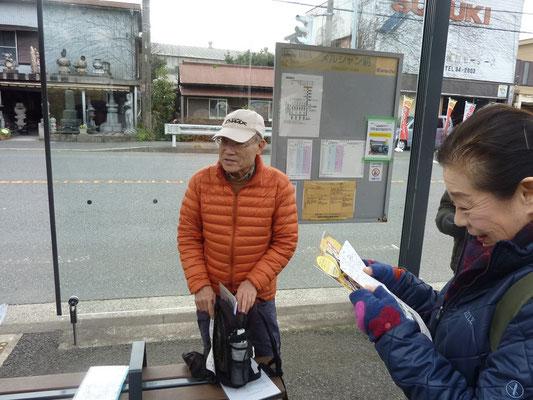メルシャン前バス停で山崎さんのブリーフィング