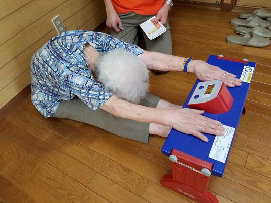 最長老の屈伸、まさにプラス・テン体操の効果?