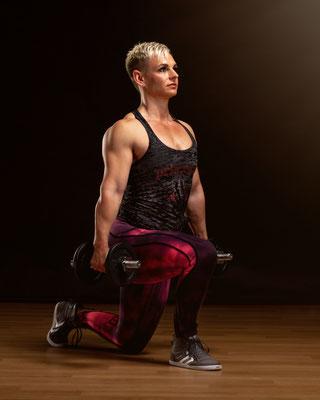 Bodybuilderin mit Hanteln