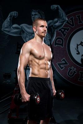 Bodybuildingfoto mit Hanteln