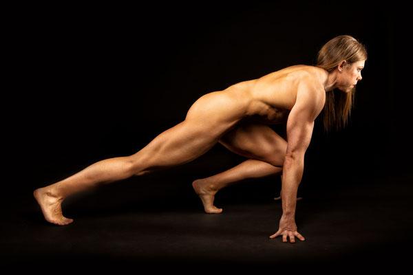 Bodybuilderin im Studio