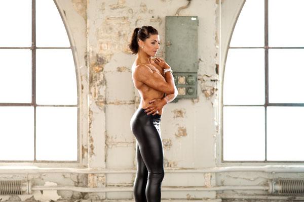 Bodybuildingfotograf in der Fabrikhalle