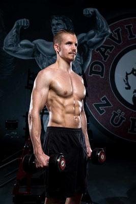 Bodybuilding Foto stehend mit Hanteln