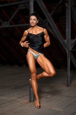 Bodybuildingfotos in der Fabrikhalle