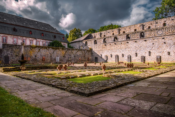 """""""Kloster Arnsburg!""""  Das Kloster wurde im Jahre 1174 gegründet und befindet sich mitten in Hessen, in einem kleinen bewaldeten Tal."""