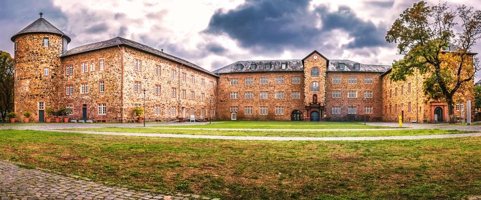 """""""Landgrafenschloss!"""" Ursprünglich wurde das Butzbacher Schloss für die Herren von Falkenstein erbaut. Die Anlage war Bestandteil der Stadtbefestigung. Nach einem Brand wurde das Schloss im 17. Jahrhundert vom Hessen-Butzbacher Landgrafen neu aufgebaut."""