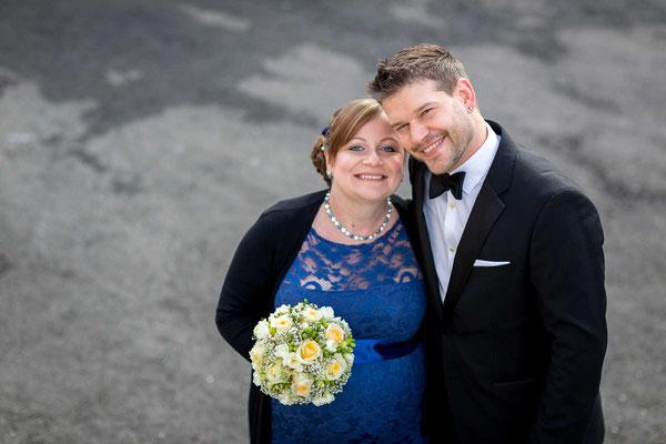 Hochzeitsfoto neben dem Standesamt