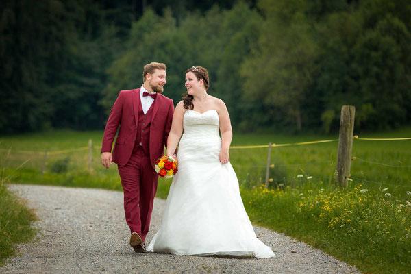 Hochzeitspaar beim Spaziergang
