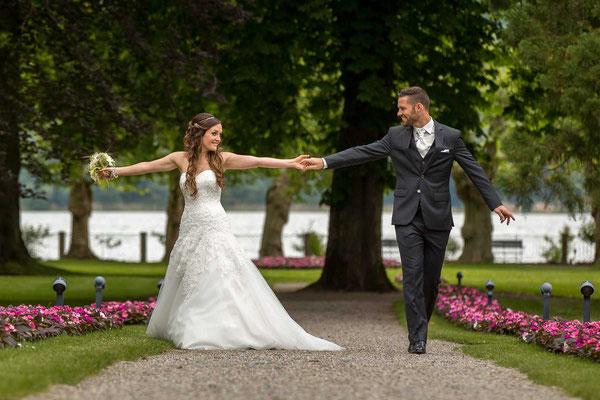 Hochzeitspaar beim Spaziergang im Park
