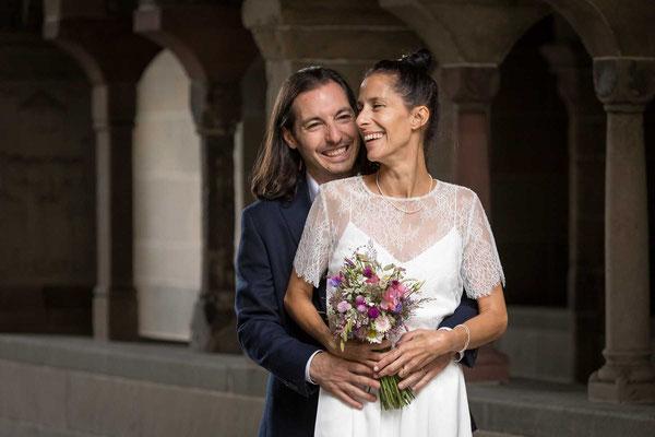 Braut und Bräutigam neben dem Stadthaus Zürich