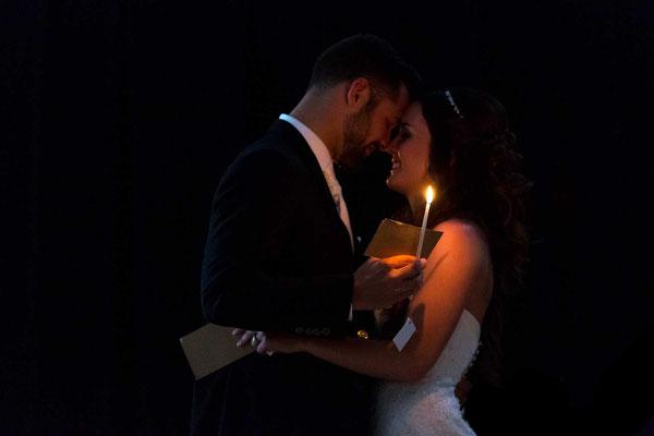 Kuss bei Kerzenlicht