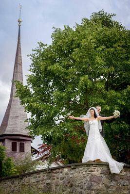 Das Brautpaar vor der Kirche in Zürich