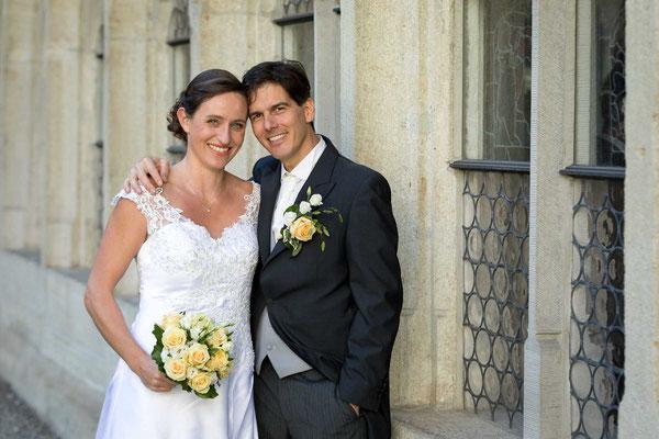 Das Brautpaar posiert für ein Foto