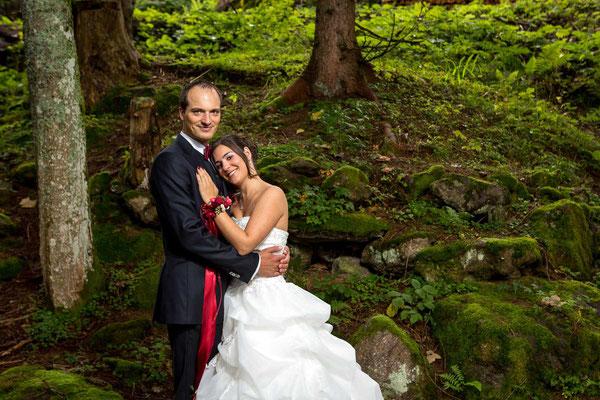 Das Hochzeitspaar beim Paarshooting im Wald