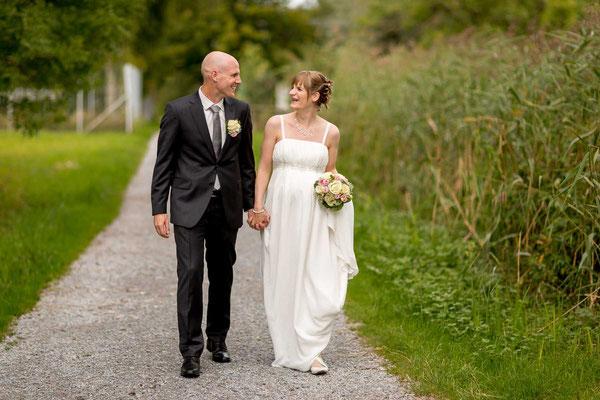 Hochzeitspaar beim gemeinsamen Spaziergang am Pfäffikersee