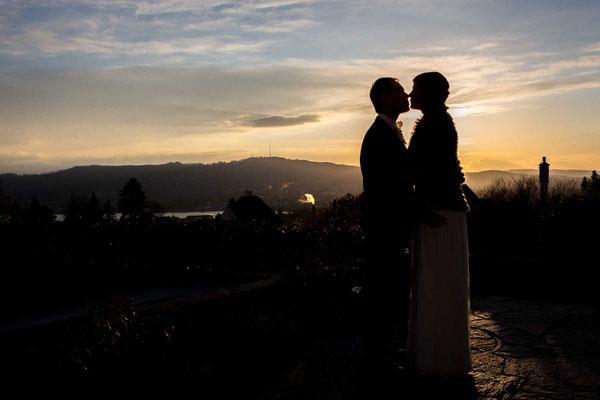 Brautpaar über Zürich im Sonnenuntergang