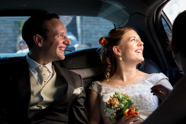 Braut und Bräutigam in der Limousine