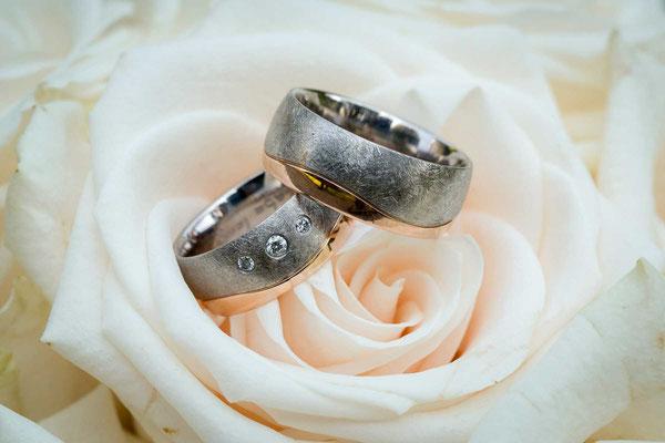 Die Eheringe auf dem Brautstrauss