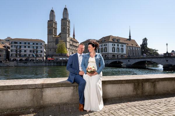 Paarfoto mit Grossmünster im Hintergrund