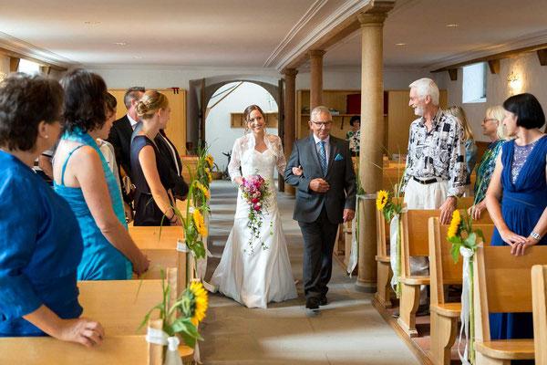 Die Braut betritt die Kirche