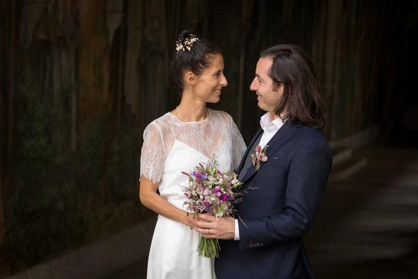 Das Brautpaar im Kreuzgang neben dem Stadthaus Zürich