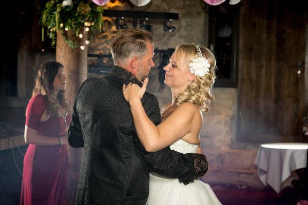 Braut und Bräutigam beim ersten Tanz