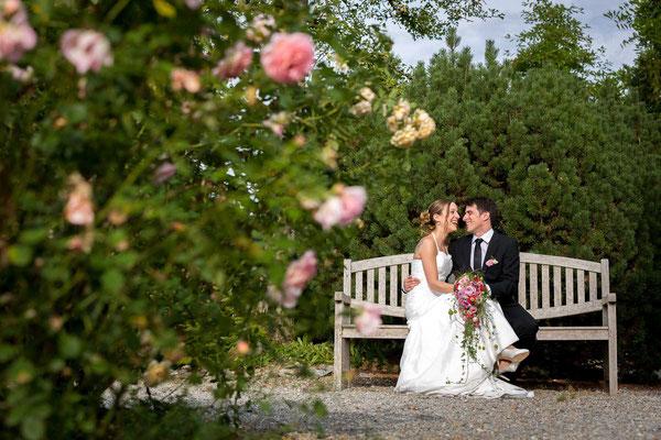 Hochzeitsfoto auf der Parkbank