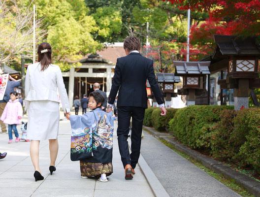 武田神社にて参道を歩く五歳男の子七五三写真