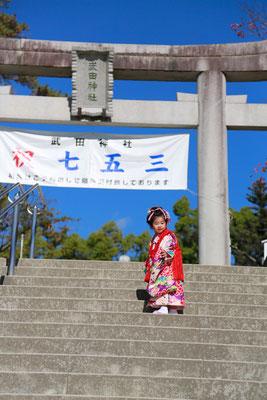 武田神社階段を上る三歳女の子の七五三写真