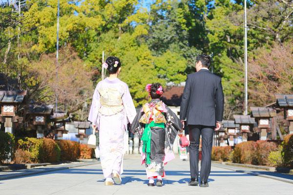 7歳七五三家族で参道を歩くシーン