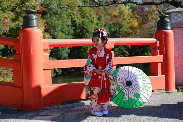 武田神社神橋ソロショットの三歳女の子七五三撮影