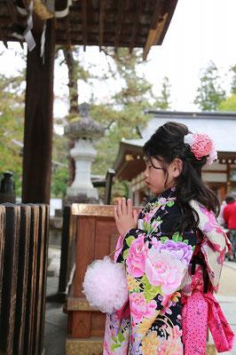 武田神社にてお詣りをする七歳女の子の七五三写真