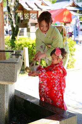 七五三撮影三歳女の子はじめての手水