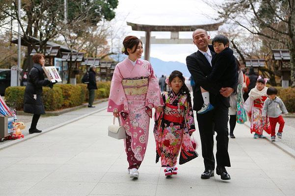 武田神社参道を歩く家族七五三撮影