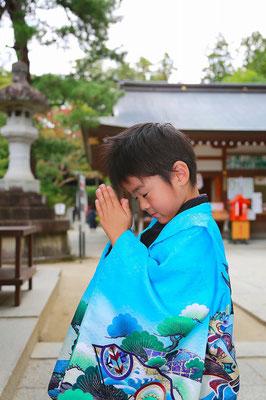 武田神社にてお詣りをする七五三五歳男の子