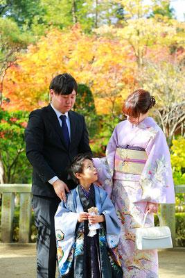 五歳男の子ご両親と七五三記念撮影