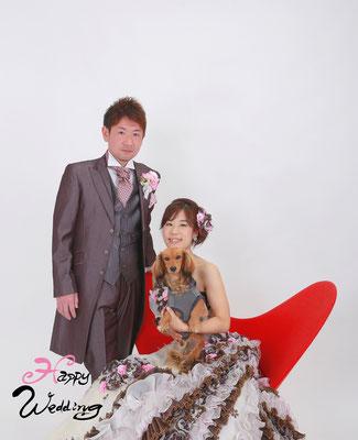 スタジオで愛犬と一緒に結婚写真を撮るお二人