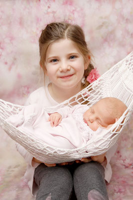 Familienfotoshooting, stolze grosse Schwester, Schenkon