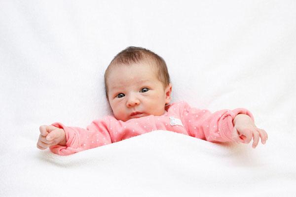 Babyfoto, neugieriges Baby schaut in die Kamera, Menziken