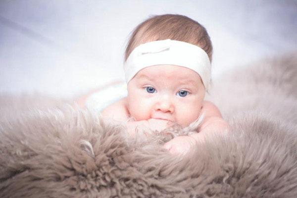 Auf der flauschigen Felldecke, Babyfotografin