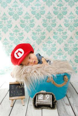 Baby Homeshooting, kleiner niedlicher Bub mit Mario Hut, Hildisrieden